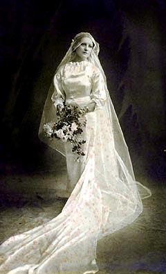 Dorita vistiendo traje denovia; año1935.